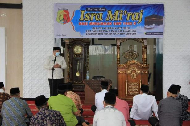 Wako Solok, H. Zul Elfian menyampaikan pesan dalam rangka peringatan Isra Mi'raj 1442 H di masjid Al Hidayah kelurahan VI Suku