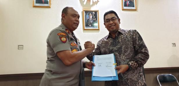 Direktur Utama PT Semen Padang Yosviandri dan Direktur PAM Obvit Korps Sabhara Baharkam Polri Brigjen Pol. Drs.Wahyu Hidayat saat melakukan Kesepakatan Bersama Pedoman Kerja Teknis (PKT).