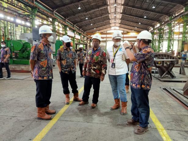 Direktur Operasi PT Semen Padang Asri Mukhtar (paling kiri) ketika menerima kunjungan Presiden Direktur Krakatau Nasional Resources M. Noor Sudrajat (tiga dari kiri), Jumat (4/6/2021) di Workshop PT Semen Padang