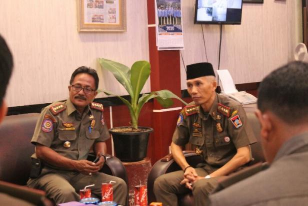 Kasat Pol PP Padang, Alfiadi sedang berdiskusi dengan pejabat Satpol PP lainnya