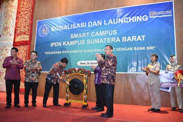 Wakil Rektor II Bidang ADM dan Pengelolaan Aset Kampus Utama Jatinangor, Dr. Rizari melaunching Smart Campus