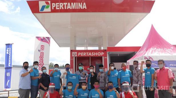 Bupati Kabupaten Lima Puluh Kota bersama Sales Area Manager (SAM) Retail Sumbar, I Made Wira Pranata di Pertashop Koto Tuo