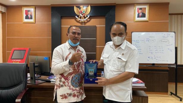 Ketua DPRD Dharmasraya Parianto memberikan cinderamata kepada Wakil Menteri Desa, Pembangunan Daerah Tertinggal, dan Transmigrasi (PDTT)  Budi Arie Setiadi.