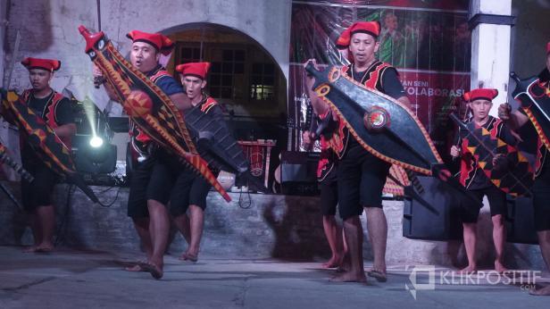 Pertunjukan tari perang dari Nias saat rangkaian pertunjukan seni multikultura