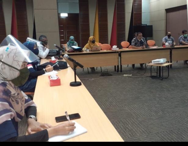 Kepala Departemen Komunikasi  dan Hukum Perusahaan PT Semen Padang Oktoweri ketika menerima peserta diklat SDM KLHK di Semen Padang, Jumat.