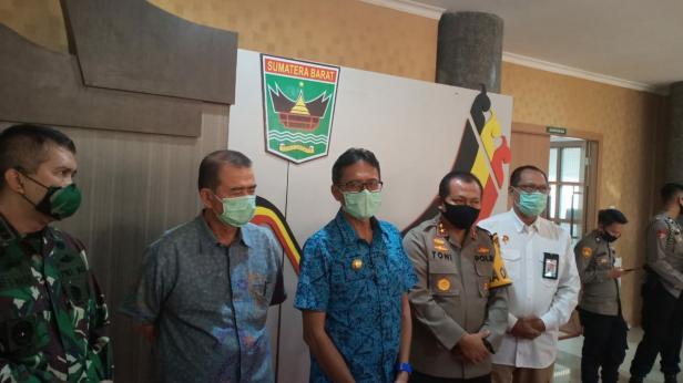 Gubernur Sumbar Irwan Prayitno bersama Forkopimda usai rapat bersama di kantor gubernur