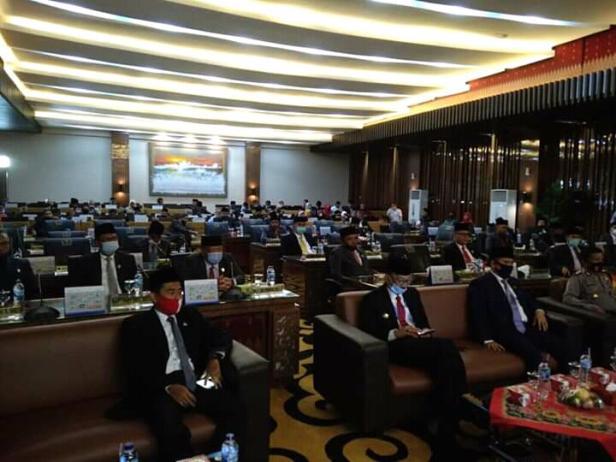 Foto postingan yang memperlihatkan banyak kursi anggota dewan di Pessel sepi saat rapat paripurna dengar pidato Persiden RI secara virtual