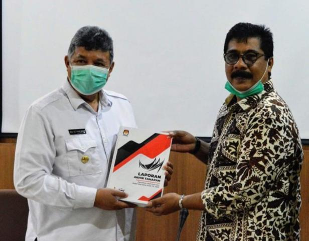 Ketua KPU Kota Solok, Asraf Danil menyerahkan LPj dana hibah Pilkada 2020 kepada Wako Solok, H. Zul Elfian Umar