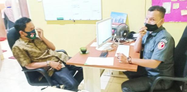 Nofi Candra (kiri) saat memberikan keterangan kepada petugas Bawaslu Kabupaten Solok