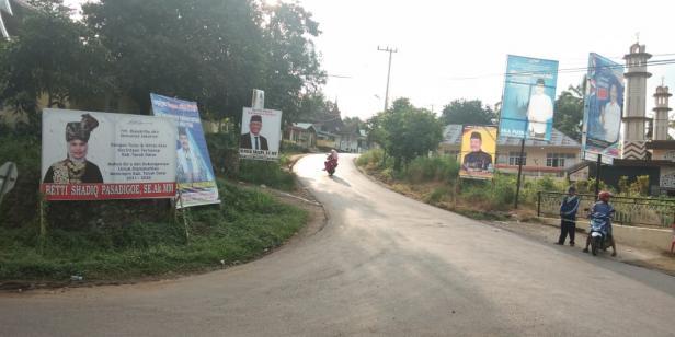 Spanduk bakal calon kepala daerah yang terpasang di Nagari Simpuruik, Kecamatan Sungai Tarab, Tanah Datar