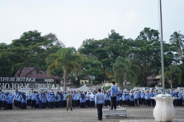 Pj Sekdakab Solsel Doni Rahmat Samulo Memimpin Apel Gabungan ASN dihalaman Kantor Bupati Solsel, Rabu (17/2)