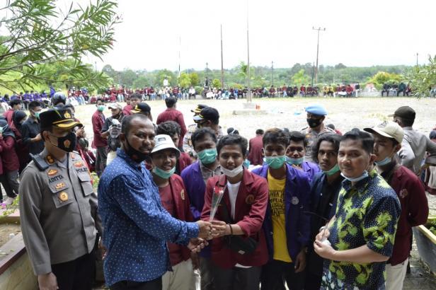 Ketua DPRD Dharmasraya Partanyo didampingi wakil Ketua DPRD Adi Gunawan sambut kunjungan mahasiswa saat memprotes pengesahan UU Cipta Kerja.