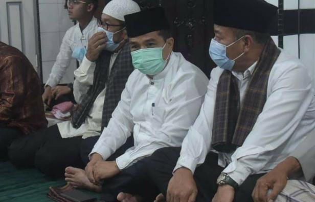 Pj Sekdaprov Sumbar Benny Warlis saat safari Ramadan di Masjid Nurul Ihsan, Kelurahan Kampung Manggis, Kecamatan Padang Panjang Barat, Minggu malam (25/4).