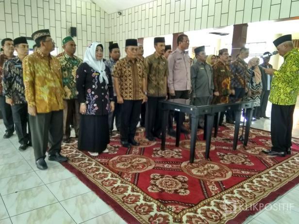 Ketua Dewan Masjid Indonesia (DMI) Sumatera Barat Duski Samad melantik Plt Bupati Solsel Abdul Rahman bersama 39 orang lainnya sebagai pengurus DMI Solok Selatan.