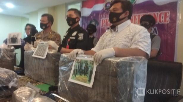 Press Release Penangkapan Pelaku dengan 110 Kilogram Ganja Kering di Mapolda Sumbar