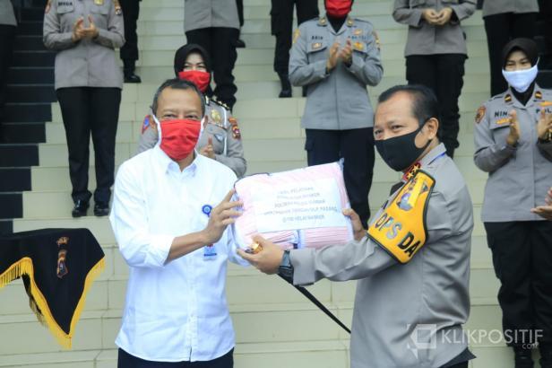 Kepala BLK Padang Syamsi Hari saat Menyerahkan Masker Buatan Polwan ke Kapolda Sumbar Irjen Pol Toni Harmanto