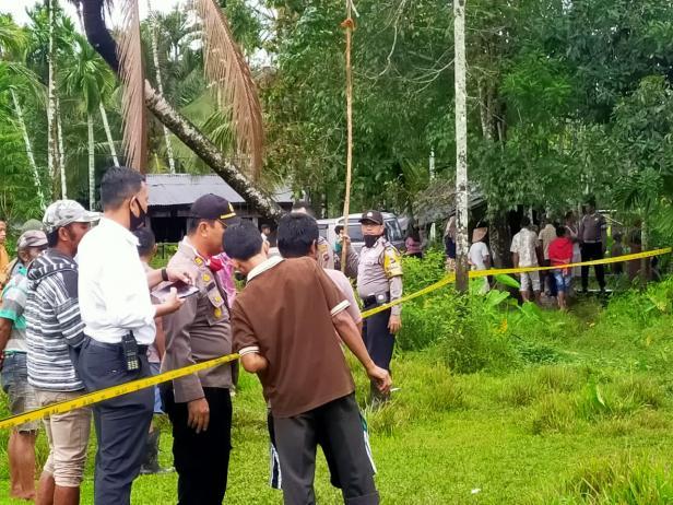 Polisi saat mengamankan lokasi terjeratnya Macan Dahan