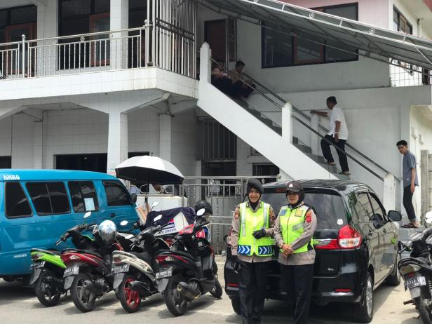 Polwan Jaga Masjid di Bukittinggi