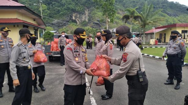Kapolres Padang Panjang Apri Wibowo menyerahkan zakat fitrah kepada perwakilan anggota yang akan mendistribusikan pada mustahik