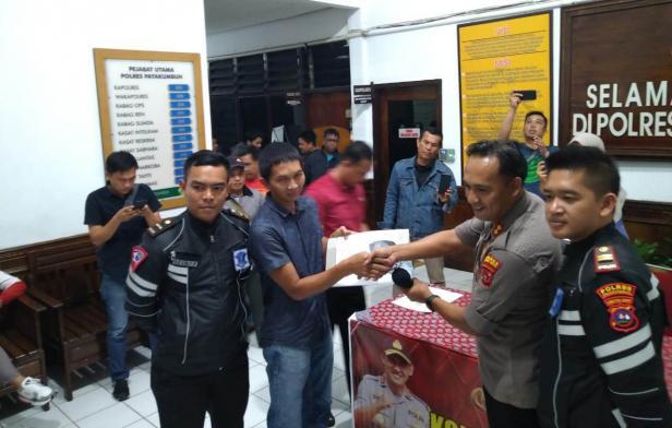 Kapolres Payakumbuh, AKBP Donny Setiawan didampingi Kasat Lantas Iptu Andika Alfatoni saat melakukan pengembalian sepeda motor ke salah satu warga.