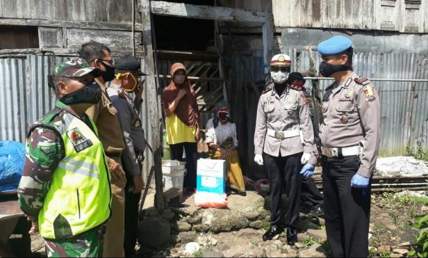 Polres Tanah Datar membagikan Sembako kepada warga kurang mampu