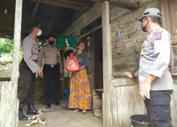 Kapolres Rokhmad menyerahkan Sembako kepada warga terdampak COVID-19 di Pagaruyung