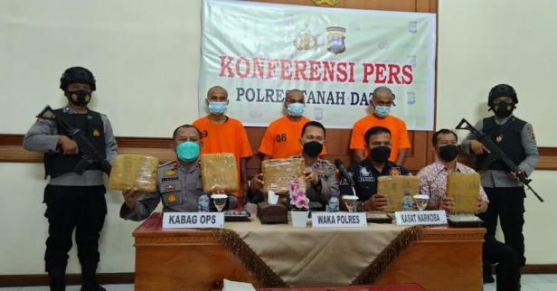 Wakapolres Eridal saat konferensi pers terkait penyalahgunaan Narkotika di Mapoltes Tanah Datar