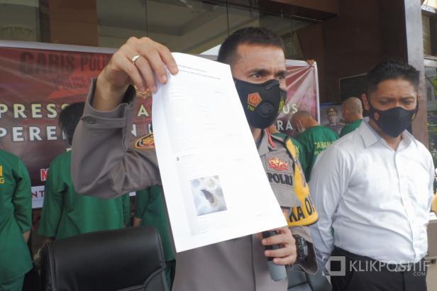 Kapolresta Padang memperlihatkan barang bukti chating tersangka