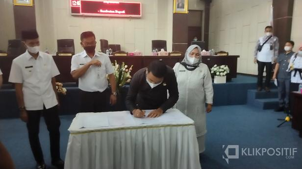 Ketua DPRD Solsel Zigo Rolanda menandatangani Nota Persetujuan Bersama Ranperda RPJMD Solsel 2021-2026