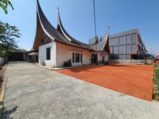 Pelantaran Kantor Dekopin Ulak Karang yang telah dipasang porous concrete produk turunan dari PT Semen Padang.