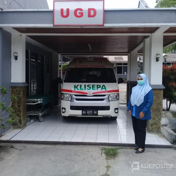Kepala Klinik Semen Padang Indarung, dr. Wiriana Joanisty di depan UGD Klinik Semen Padang Indarung yang berada di komplek PT Semen Padang