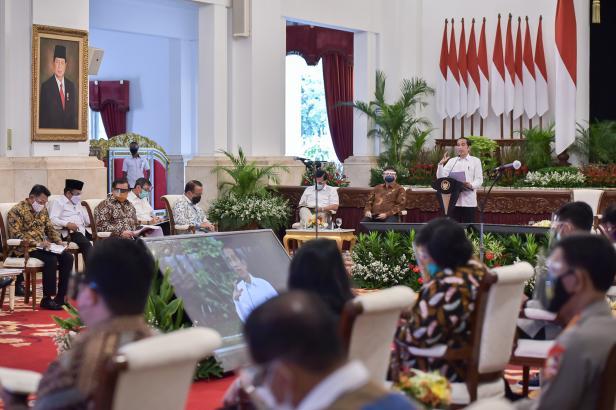 Presiden Jokowi memberikan pengantar pada Sidang Kabinet Paripurna, Senin (2/11) siang, di Istana Negara, Jakarta.