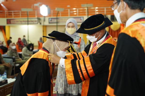 Prof. Dr. Dra. Yuli Yetri, M.Si dikukuhkan sebagau guru besar pertama PNP dan politeknik se-Sumatera.