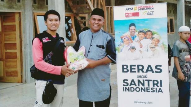 Penyerahan bantuan beras untuk salah satu ponpes oleh ACT Padang