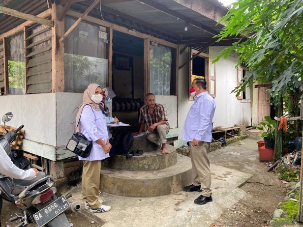 Anggota DPRD Padang Boby Rustam didampingi Wakil Ketua DPD Gerindra Sumbar Nurhaida melakukan pengecekan rumah yang akan dibedah melalui program usulan Anggota DPR RI Andre Rosiade.