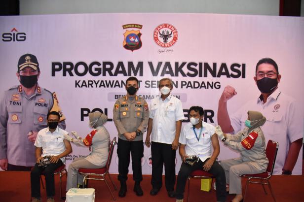 Direktur Operasi PT semen Padang Asri Muchtar bersama Kapolresta padang Imran Amir menyaksikan program vaksinasi yang diikutiu karyawan PT Semen Padang di GSG Semen Padang.