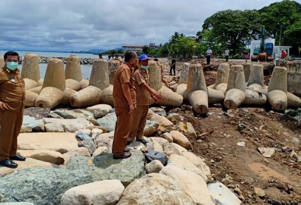 Peninjauan proyek penanganan abrasi pantai di Masjid Al Hakim Pantai Padang