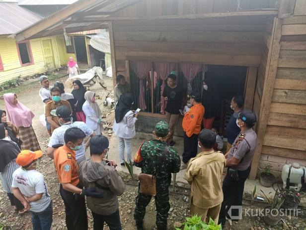 Suasana saat Tim Medis bersama Wakil Bupati dan Ketua DPRD Lima Puluh Kota mendatangi rumah salah seorang warga yang pulang dari Malaysia
