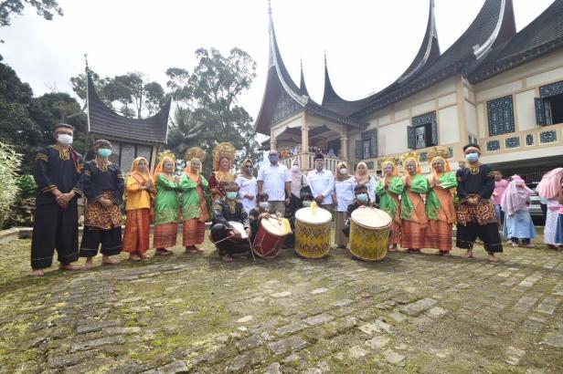 Andre Rosiade foto bersama dengan tokoh adat Kamang Hilia, Kecamatan Kamang Magek, Kabupaten Agam di sebuah rumah gadang di Kamang Hilia.