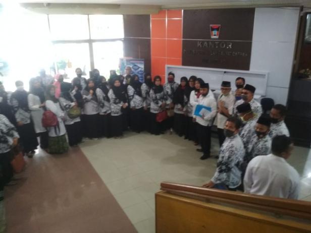 Puluhan guru swasta yang tergabung dalam Ketua Musyawarah Kepala Sekolah (MKKS) SMP Swasta, menyampaikan aspirasinya ke Dewan Pewakilan Rakyat Daerah (DPRD) Kota Padang, Rabu, 29 Juli 2020