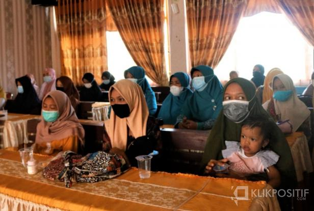 Para ibu dan balita saat diundang pemberian paket makanan nutrisi dari IJP