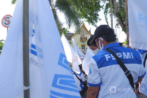 Aksi pekerja di depan Kantor Gubernur Sumbar