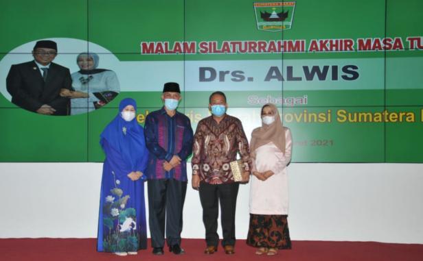 Gubernur Sumbar Mahyeldi Ansharullah bersama istri dan Sekdaprov Sumbar Drs Alwis bersama istri saat malam silaturahmi akhir masa jabatan