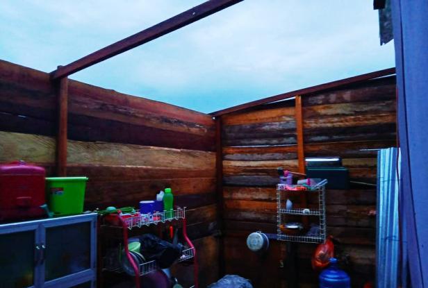 Rusak parah, atap rumah terbang dibawa angin puting beliung di Nagari Alahan Panjang Solok