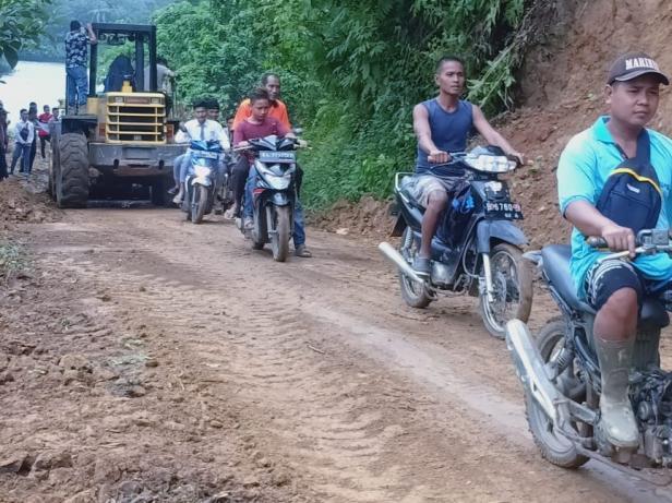 Jalur Padang Aro-Pulau Punjung kembali bisa dilalui setelah putus total selama lima jam