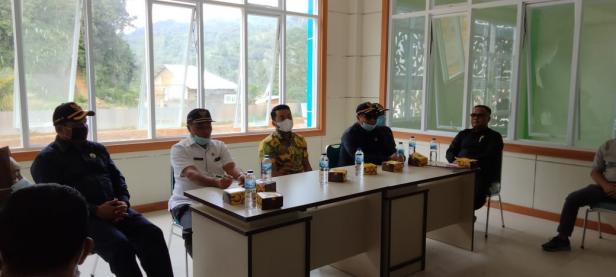 Ketua DPRD Solsel Zigo Rolanda bersama Ketua Komisi II Afrizal Chandra dan Anggota mendengarkan Paparan Kadis Kesehatan Novirman Saat Kunjungan lapangan ke Rumah Sakit Pratama Solsel