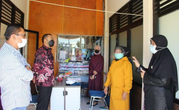 Wagub Sumbar Audy saat mengunjungi RSUD Achmad Darwis di Suliki, Limapuluh Kota, Jumat (23/7)