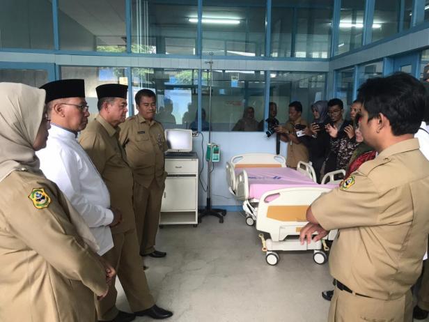Wagub Sumbar Nasrul Abit didampingi Walikota Bukittinggi Ramlan Nurmatias saat meninjau RSUD Achmad Mochtar