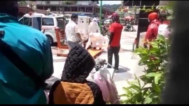 Petugas Saat Penanganan Perempuan Tersebut di Jalan Permindo Padang