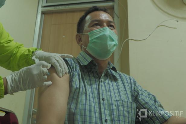 Seorang dokter di RSUP M Djamil Padang melakukan vaksinasi